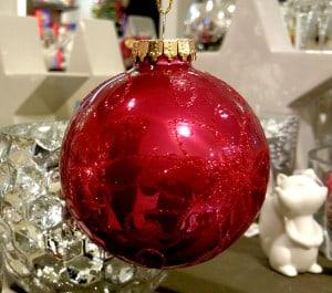 Die Weihnachtskugel ist eng mit der Symbolik des Apfels verbunden und soll heute an dessen Rolle in den Weihnachtsfeierlichkeiten erinnern.