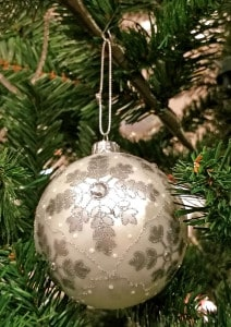 Als günstigste, einfachste und schnellste Methode der Befestigung von Weihnachtskugeln gelten Metallhaken aus dünnem Draht.