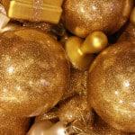 Zahlreiche goldene Weihnachtskugeln mit Glitzer als wunderschöne Weihnachtsdeko.