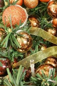 Verschiedene stilvoll am Tannenbaum dekorierte Weihnachtskugeln.