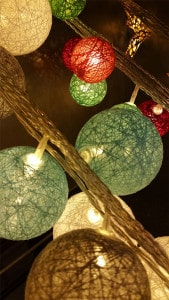 LED-Weihnachtskugeln in verschiedenen Farben: Rot, Grün und Weiß.