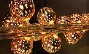 Wunderschöne LED Weihnachtskugeln mit warmen weiß-goldenem Licht.