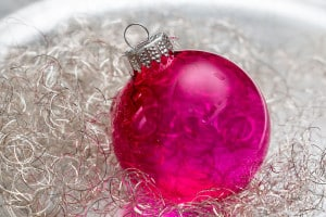 Weihnachtkugel in Pink auf einer Dekoschale