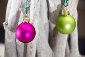 Kleine pinke und grüne Weihnachtskugeln