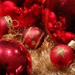 Rote Christbaumkugeln als Dekoration