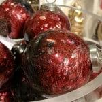 Rote Weihnachtskugeln mit Steinstruktur