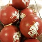 Rote Weihnachtskugeln mit Tieraufdruck