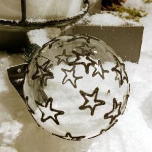 Transparente Weihnachtskugel mit schwarzem Sternenmuster