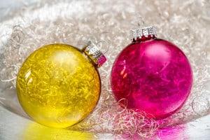 Transparente Weihnachtskugeln in Gelb und Pink