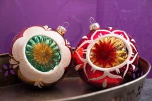 Leuchtende Farben bei den Vintage Christbaumkugeln. Die Weihnachtskugeln gibt es in zahlreichen Farben und Varianten.