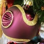Violette Weihnachtskugel mit außergewöhnlicher Struktur.