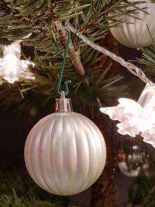 Weihnachtskugel Aufhänger am Christbaum