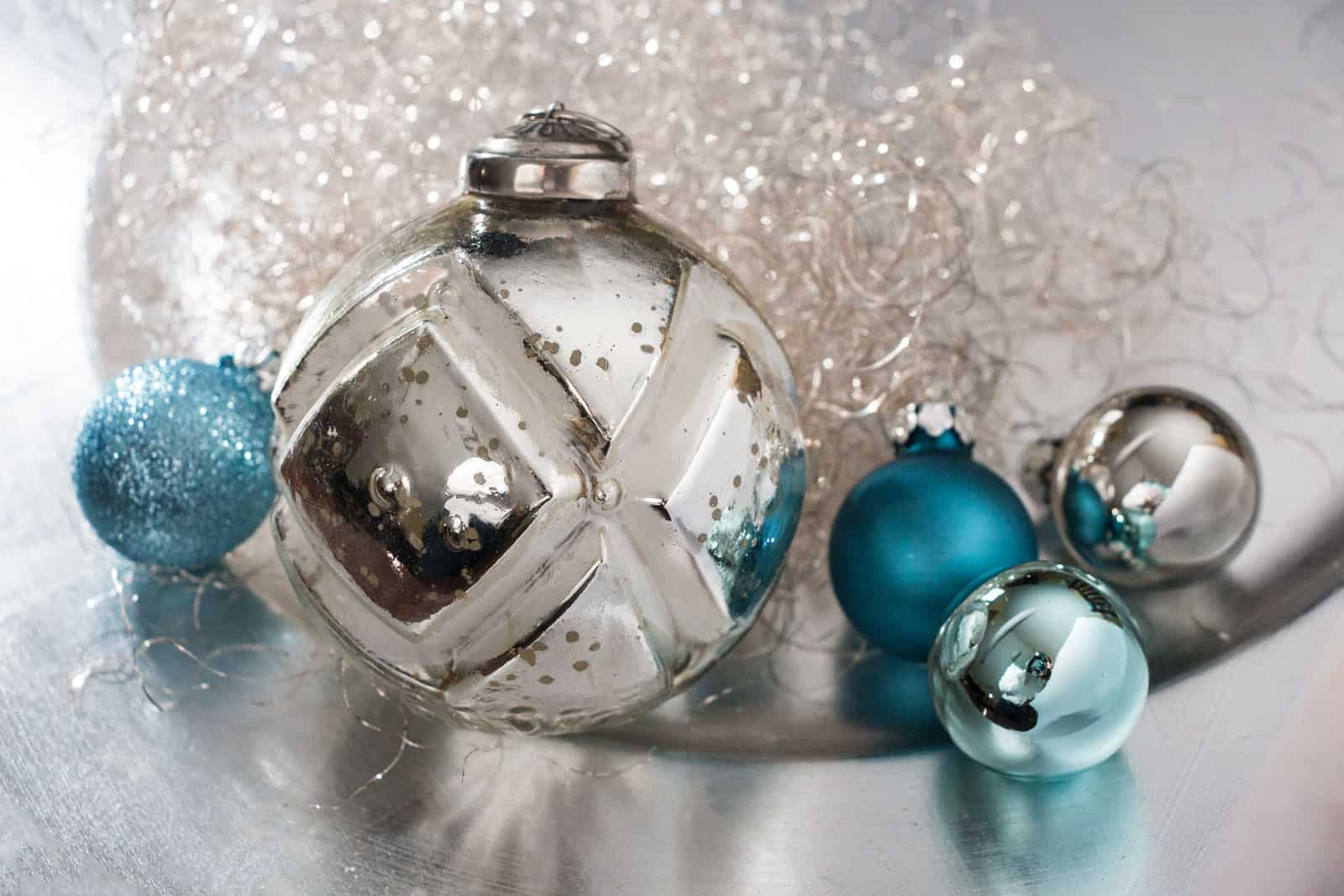 Weihnachtskugeln blau christbaumkugeln in blaut nen for Christbaumkugeln lila silber