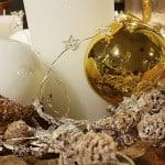 Goldene und weiße Weihnachtskugeln