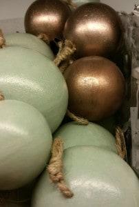 Weihnachtskugeln aus Holz in den Farben Grün und Bronze