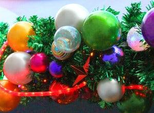Bunte Outdoor Weihnachtskugeln an Tannenzweig
