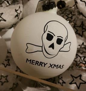 Weihnachtskugeln mit Totenkopfmotiv liegen aktuell im Trend und erfreuen sich einer großen Beliebtheit.