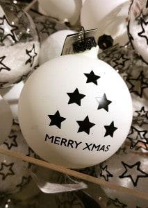 """Weiße Weihnachtskugel mit Dekoschriftzug """"Merry Xmas"""""""