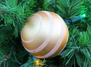 braun-silberne-weihnachtskugel