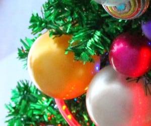 Gelbe Weihnachtskugeln zum Dekorieren oder schmücken des Weihnachtsbaums.