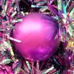 Lila Weihnachtskugel am Lamettaweihnachtsbaum