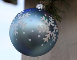 Weihnachtskugeln in Eisblau