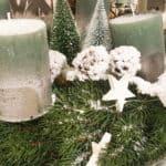 Adventskranz mit Kerzen und weißer Deko