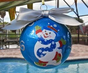 Verziehrte blaue Weihnachtskugel