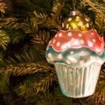 Cupcake Weihnachtskugel am Weihnachtsbaum