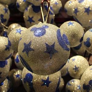 Disney Weihnachtskugel mit Mickey Maus Motiv in Glitzer und Blau.