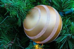Goldene Weihnachtskugel mit Verzierung