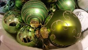 Mehrere grüne Weihnachtskugeln in verschiedenen Grüntönen.