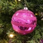 Pinke Weihnachtskugel am Weihnachtsbaum