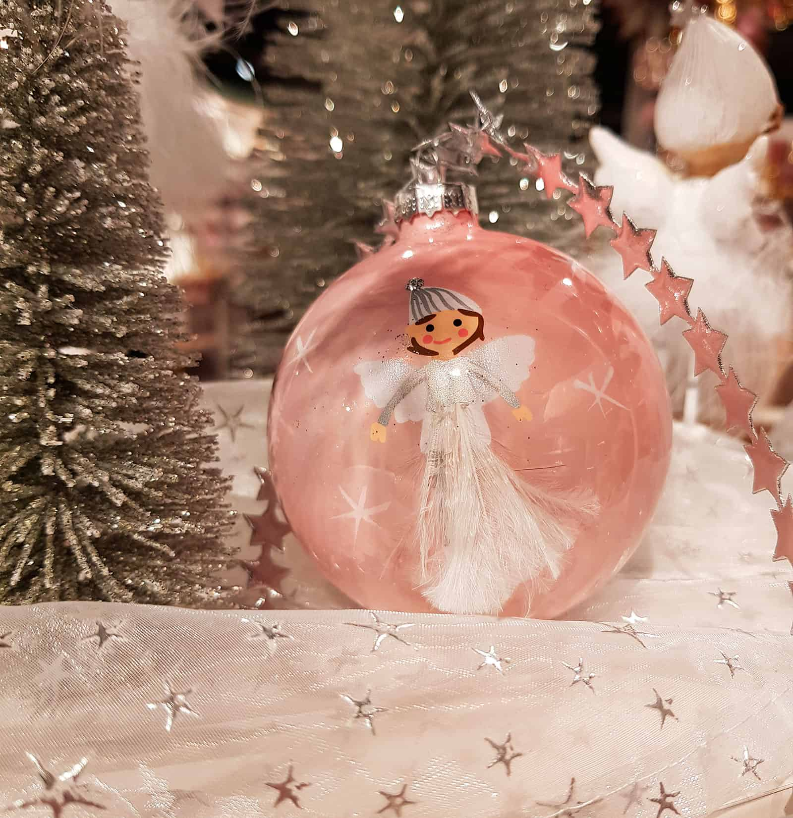 Sch ne weihnachtskugeln engel kommen an den baum geflogen - Weihnachtskugeln pastell ...