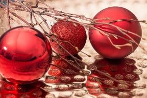 Rote Weihnachtskugeln in einer Dekoschale