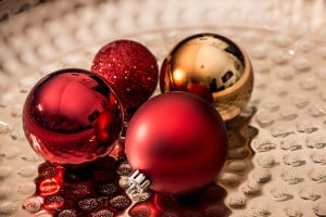 Eine klassisch, elegante Kombination: Rote und goldene Weihnachtskugeln