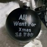 "Schwarze Weihnachtskugel mit Schriftzug ""All I Want For Xmas Is You"""