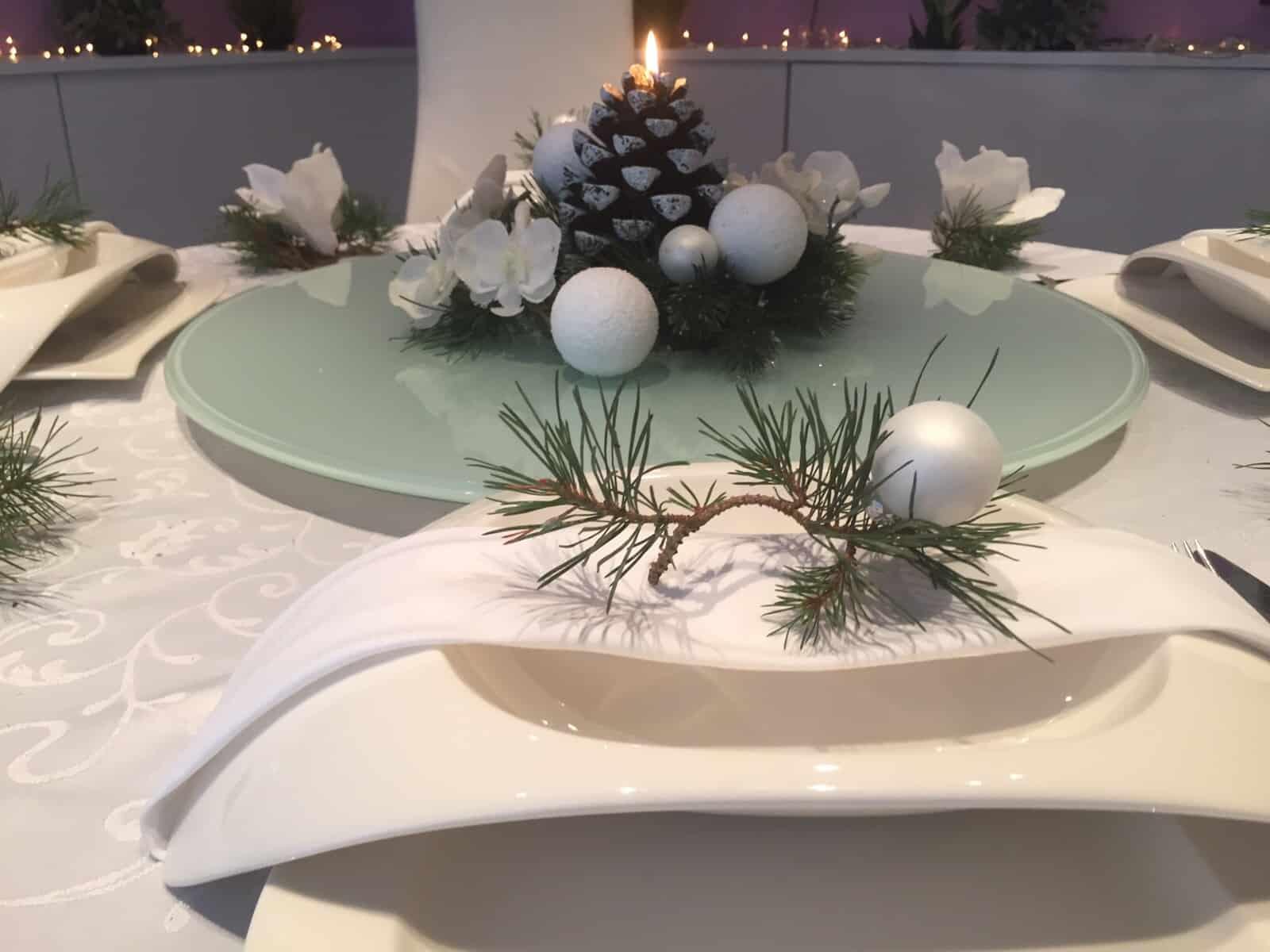 weihnachtliche tischdeko sch n gedeckter weihnachtstisch. Black Bedroom Furniture Sets. Home Design Ideas