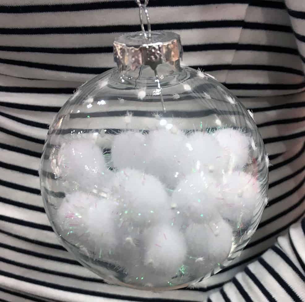 Transparente Weihnachtskugel mit weißen Plüschkugeln