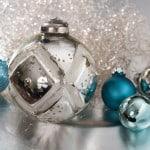 Weihnachtskugeln Bauernsilber mit blau-türkisen Mini-Kugeln.