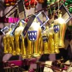 Gefülltes Deko-Bierglas als Weihnachtskugel