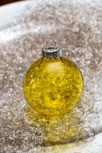 Transparente Weihnachtskugel in Gelb
