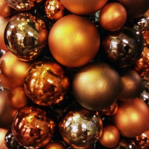 Weihnachtskugeln in den Farben Braun, Gold und Kupfer