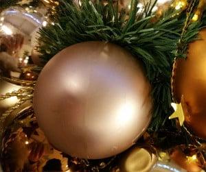 Champagnerfarbene Weihnachtskugeln für eine stilvolle Weihnachtsdekoration.