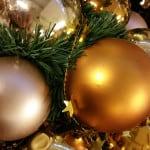 Wie viele Weihnachtskugeln verträgt der Weihnachtsbaum - hier mit goldenen und champagnerfarbenen Kugeln