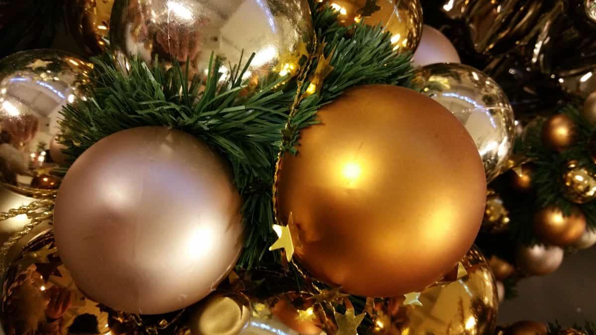 wie viele kugeln h ngt man auf einen weihnachtsbaum auf. Black Bedroom Furniture Sets. Home Design Ideas