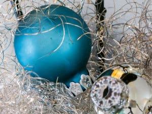 Weihnachtskugeln aus Kunststoff: Türkis und Silber