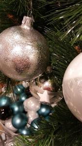 Weihnachtskugeln in Silber und Türkis in mehreren Variationen.